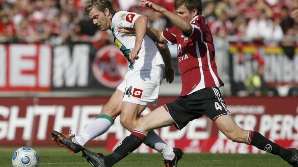 FØRSTE TRIUMF: Håvard Nordveit, her i duell med Mönchengladbachs Thorben Marx, vant sin første seriekamp med Nürnberg. Foto:  EPA/DANIEL KARMANN