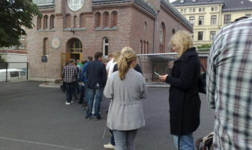 LANG KØ: Det var mange som hadde lagt søndagsturen til stemmelokalet ved Bolteløkka skole i dag da valglokalene åpnet kl. 16.00. I 205 kommuner kan du stemme helt til kl. 20.00 i kveld. Foto: Martine Aurdal.