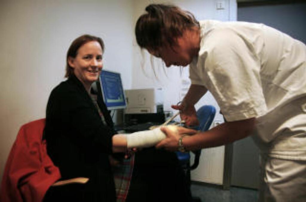 KLIPPE, KLIPPE: Sykepleier Karen Grorud klipper opp den gamle gipsen.