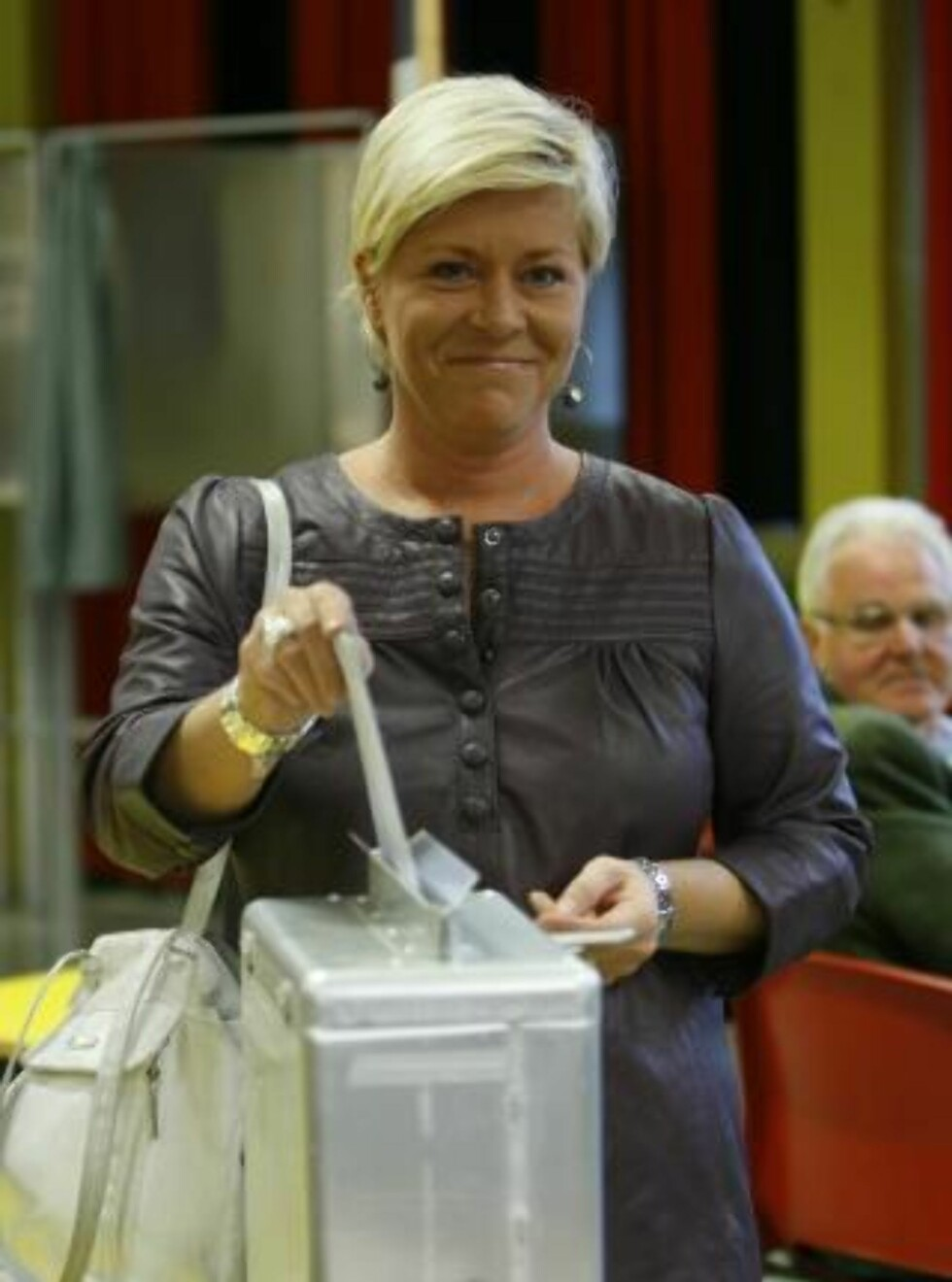 TIL VALG:   Frp-leder Siv Jensen avgir stemme til stortingsvalget ved Nordseter skole mandag. Foto: Erlend Aas / Scanpix