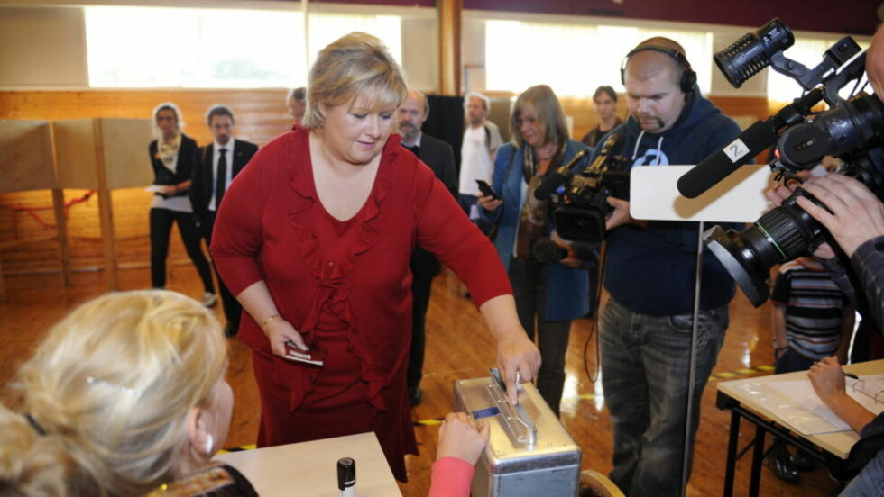 OMSIDER I BOKS: Erna Solberg avgir sin stemme etter en lang og slitsom valgkamp. Men målingene den siste tiden har pekt oppover for Solberg og Høyre.  Foto: Marit Hommedal / Scanpix