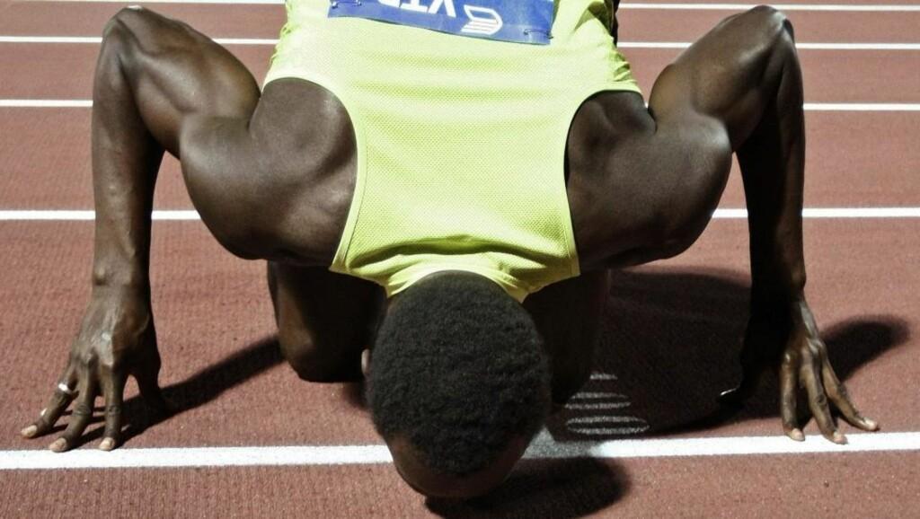 TROFAST MOT LØPEBANEN: Usain Bolt holder seg på tartandekket de nærmeste åra. Han har lyst til å prøve seg i lengdegropa før han legger opp, men sier at det kanskje blir først om fem år. Foto: Grigoris Siamidis, Reuters/Scanpix