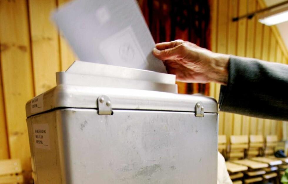 IKKE ALLTID FORSEGLET: Valgurnene i norske stemmelokaler forsegles ikke alltid, fordi man har behov for å tømme dem. Dette er valgobservatørene kritiske til, og foreslår i stedet å skaffe nok valgurner.Foto: Ørn E. Borgen / SCANPIX