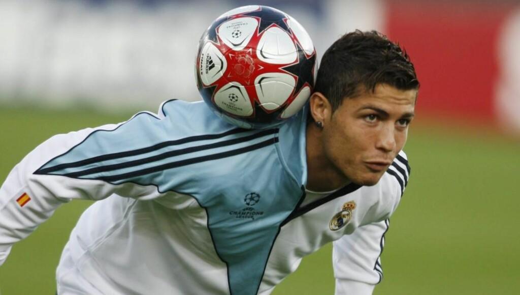 HVEM KLER AV HVEM? Se ikke bort fra at Cristiano Ronaldo kler av Zürich-spillerne på banen. Men etter kampslutt blir det nok en kamp om å kle av portugiserens trøye. Foto: EPA