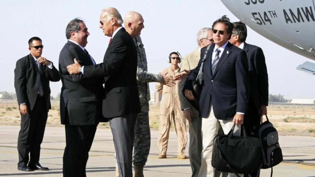 I BAGDAD: USAs visepresident Joe Biden ble mottatt av da han ankom Bagdad i dag. Foto: REUTERS/SCANPIX