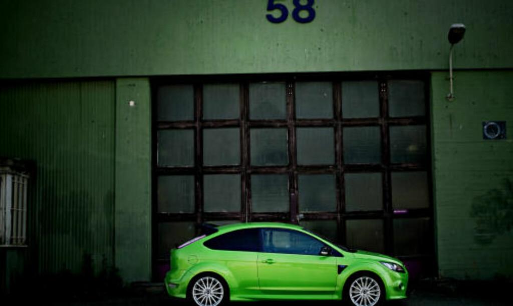 GRØNN: Ford Focus RS i en farge som synes uansett omgivelser.  Foto: Krister Sørbø/Dagbladet