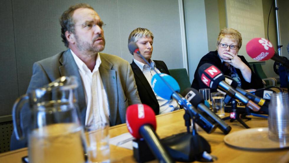 I KRISE: Venstres toppledelse på pressekonferansen tirsdag, dagen etter katastrofevalget. F.v. avtroppende leder Lars Sponheim, og nestlederne Ola Elvestuen og Trine Skei Grande. Foto: JON-MICHAEL JOSEFSEN/SCANPIX