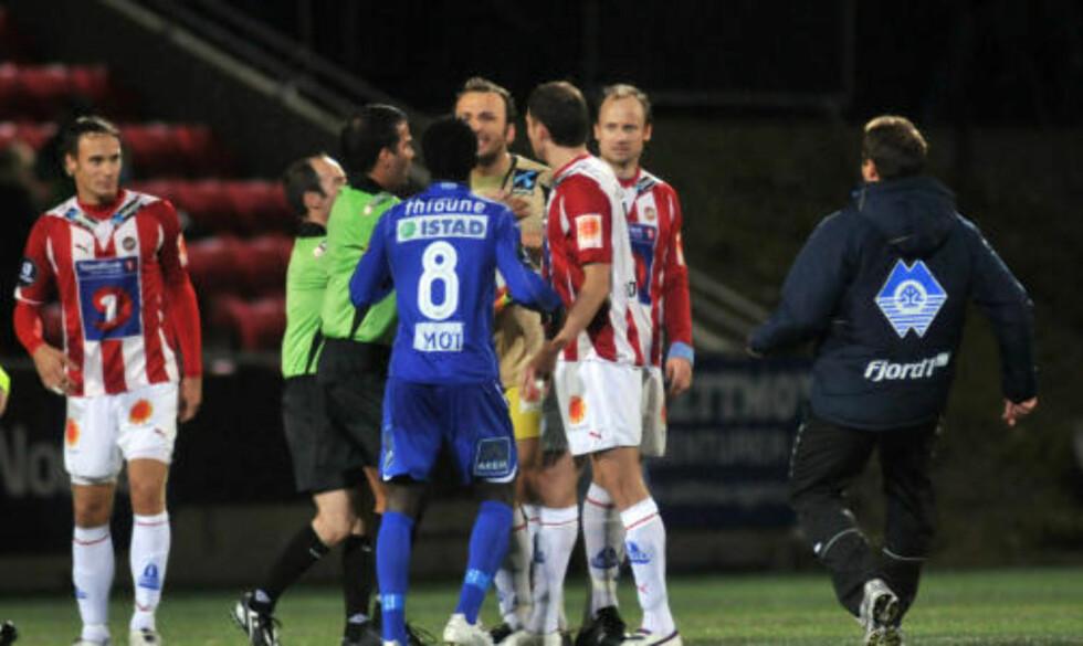 TENTE: Sead Ramovic havnet i en heftig krangel med Makthar Thioune Foto: Rune Stoltz Bertinussen / SCANPIX