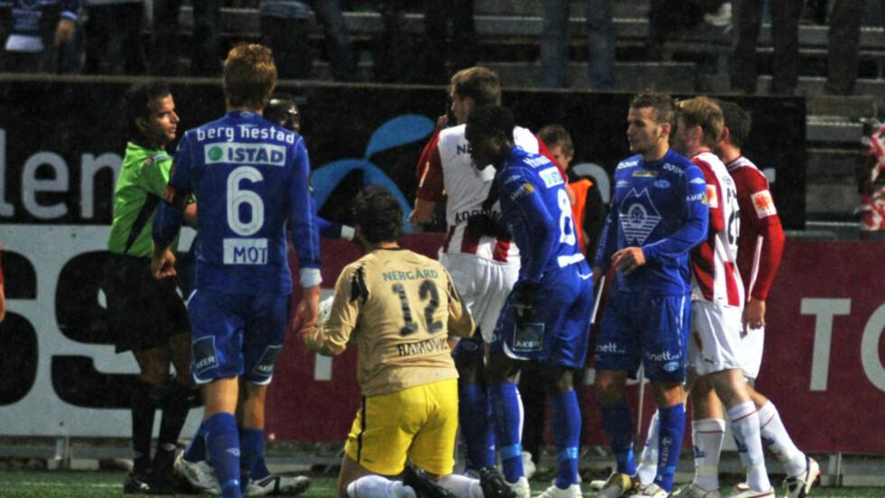 SLO HVERANDRE: Først slo Sead Ramovic til Makthar Thioune i låret. Da svarte senegaleseren med å slå Tromsø-keeperen i ansiktet. Foto: Rune Stoltz Bertinussen / SCANPIX