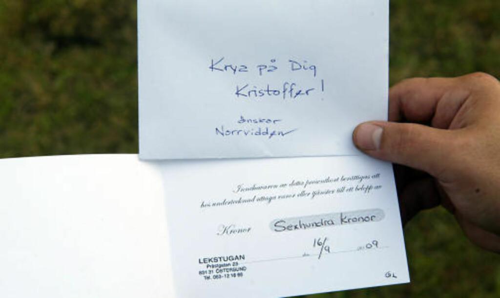 GAVEKORT: Christopher (3) fikk et gavekort fra eiendomsselskapet Norvidden. Foto: Patrick Sjöö