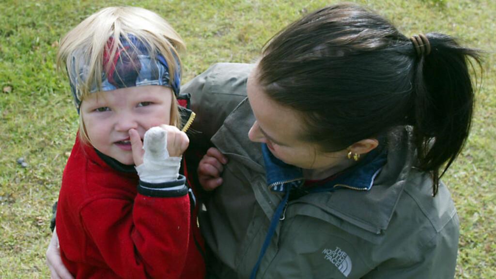 UHELDIG: Christoffer (3) falt i rulletrappen og fikk fingeren i klem. Foto: Patrick Sjöö