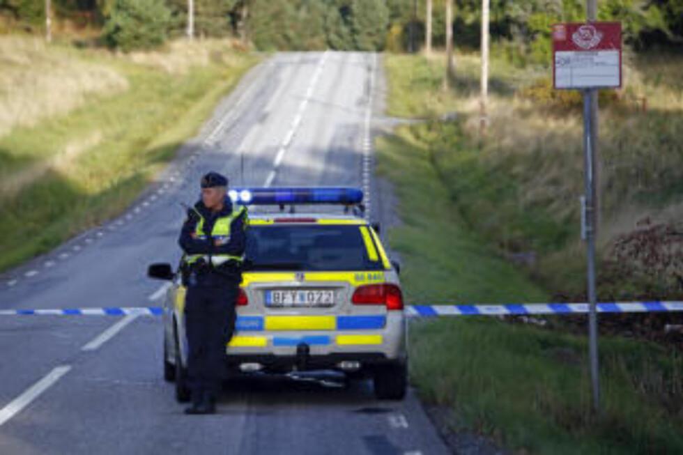 Politet sperret veien ved Myttingen helikopterbase på Värmdö.   Foto: Pontus Lundahl / Scanpix