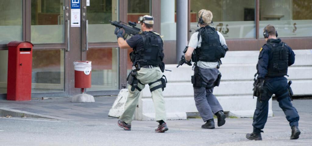 POLITIAKSJON: Store politistyrker jobber i løpet av morgentimene i dag med å få tak i ranerne av en verditransportsentral i Västberga utenfor Stockholm. Foto: SCANPIX