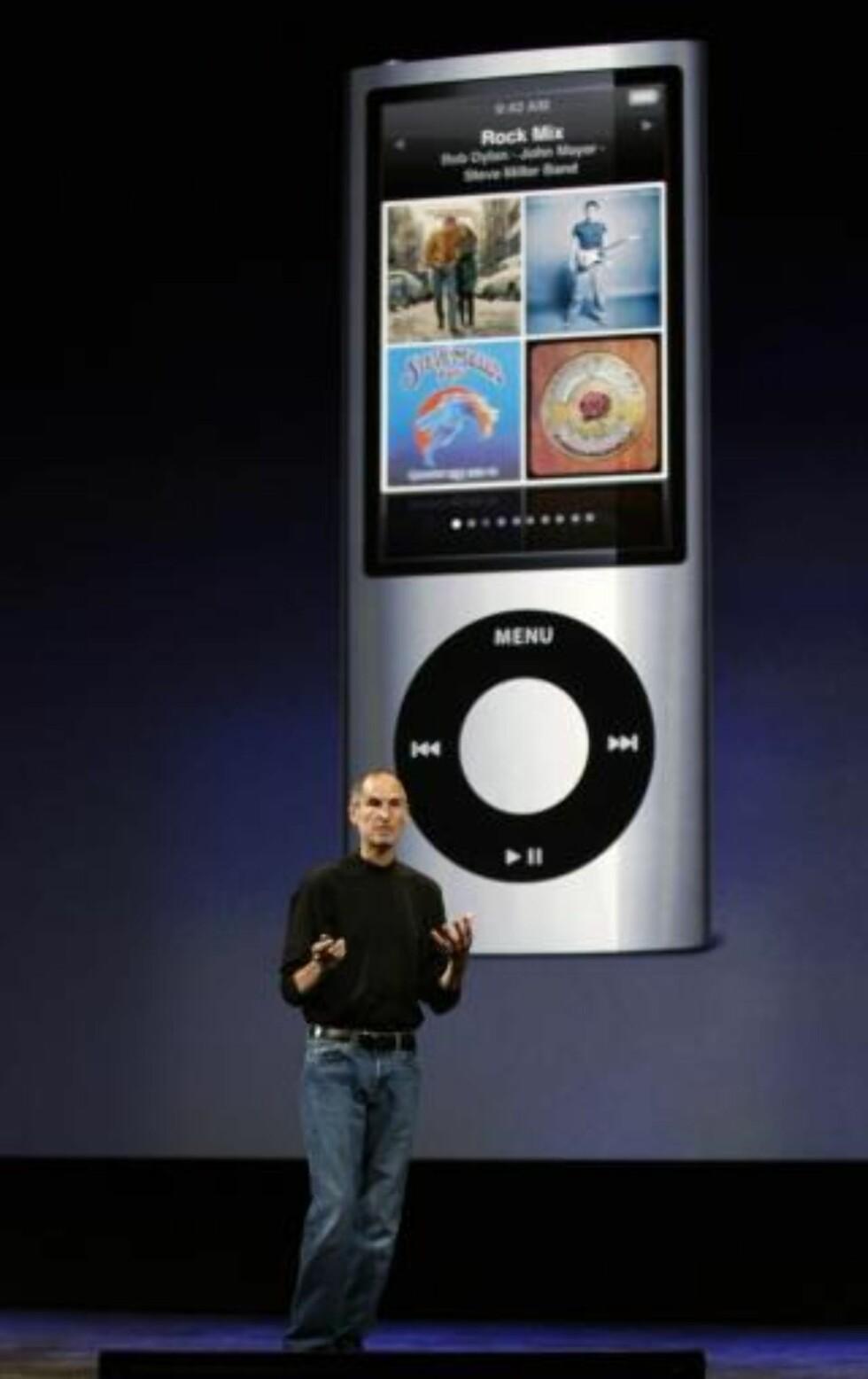 DIGITALE RETTIGHETER:: Hvis du kjøper musikk fra Apple-tjenesten iTunes, er den din — men kan du gjøre hva du vil med den? Her Apple-sjef Steve Jobs med iTunes i bakgrunnen.  Foto: SCANPIX