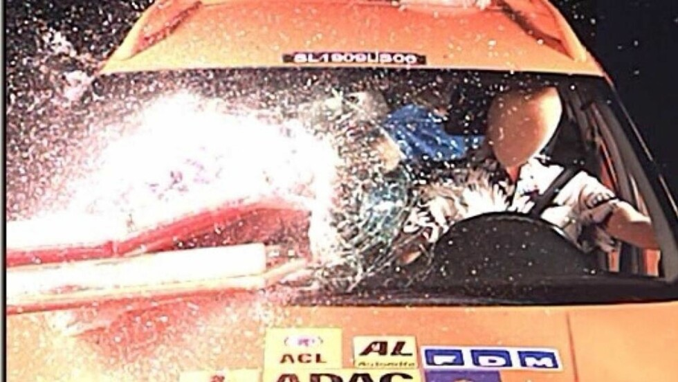 BRUSKASSE: Ei kasse med brus med en vekt på 18 kilo vil ved en bråstopp fra 50 km/t smelle til med et trykk på rundt 500 kilo - altså en kraft på et halvt tonn med bak- eller forseteryggen. Med en slik kraft vil bruskassa fortsette videre mot frontvinduet og knuse det, eller påføre personer livsfarlige skader. Foto: NAF