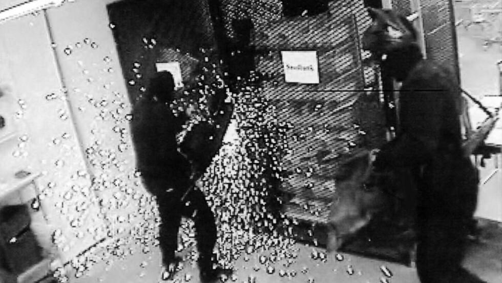 GNISTREGN: Politiet mistenker at eks-jugoslaviske tidligere elitesoldater står bak ranerne. Her er ranerne i aksjon inne i pengesentralen. Foto: Expressen