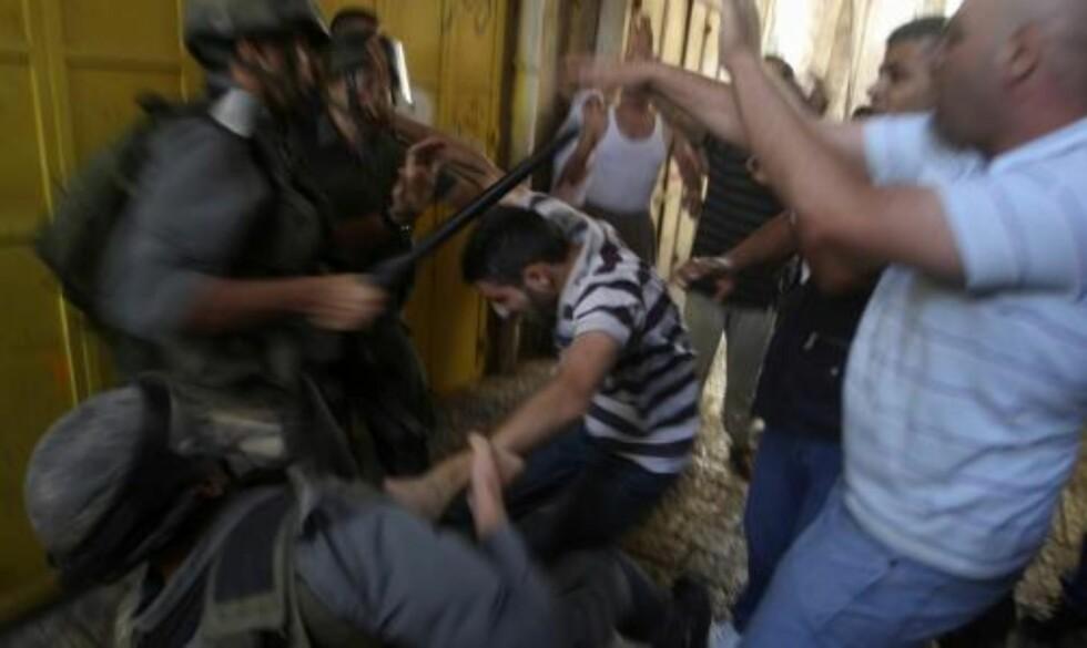 HELLIG OMRÅDE: Bråket startet søndag formiddag da en gruppe jødiske besøkende slapp inn på moskéområdet oppe på det hellige området i gamlebyen i Jerusalem. Foto: SCANPIX
