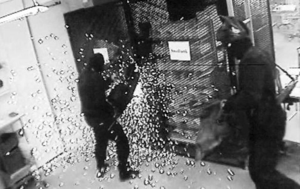 SAGER SEG VEI: Ranerne sager seg gjennom gitteret i G4S' hvelv i Västberga. Foto: EXPRESSEN