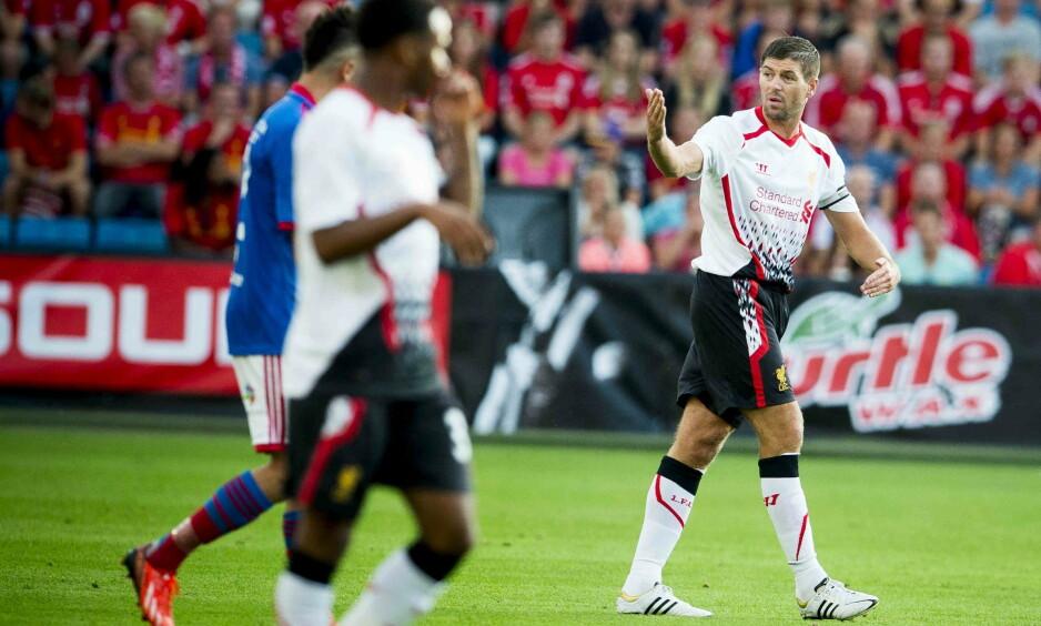 FANSEN JUBLER: Kontrakten nærmer seg slutten i LA Galaxy, og Gerrard hinter om at han ikke vil fornye denne. Det gjør at Liverpool-fansen håper å se ham tilbake i klubben. Her mot Vålerenga i en treningskamp i 2013. Foto: Thomas Rasmus Skaug/Dagbladet
