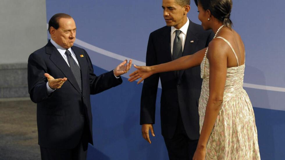 FALT IKKE I GOD JORD: Berlusconi klovnet som vanlig da han møtte presidentparet under G20-toppmøte i USA forrige uke. Bildene viser en tydelig utilpass Barack Obama og hans kone som møter 72-åringen med en utstrakt hånd, istedenfor klemmer slik de andre topplederne hadde fått. Foto: AFP PHOTO/SCANPIX