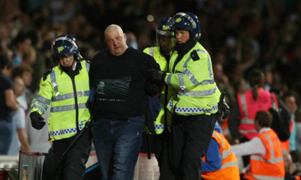 TATT AV BANEN: Kampen mellom West Ham og Milwall måtte stoppes tre ganger på grunn av tilskuere som løp inn på banen. Foto: Scanpix