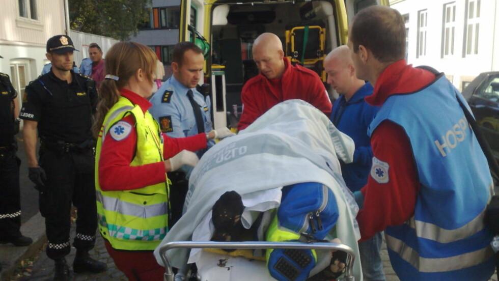 HENTET AV AMBULANSE: En kvinne ble skadd etter et fall fra et vindu i en boligblokk i Oslo sentrum i ettermiddag. Foto: ARNA VIKANES SØRHEIM