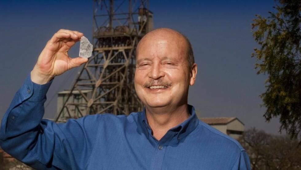 <strong>ENORM:</strong> Diamanten som ble funnet i en gruve i Sør-Afrika og skal være den nittende største noensinne funnet. Firmaet Petra Diamonds stod bak funnet. Her holder sjefen Johan Dippenaar opp stenen. Foto:  EPA/PETRA