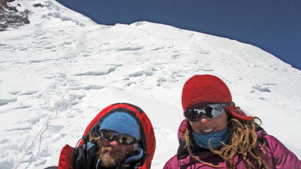 FULGTE DRØMMEN:  Rolf Bae og Cecilie Skog klatret fjell over hele verden sammen. - Han var verdens lykkeligste gutt og ville ikke ha levd et annet liv, forteller Skog om mannen hun mistet på vei ned fra K2. Foto: Cecilieskog.com