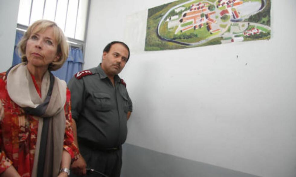 FRA BERGEN: Fengselsdirektør oberst Sardar viser frem en tegning av Bergen fengsel som henger på besøksrommet i kvinnefengselet. Han har vært på kurs i Strøm-Erichsens hjemkommune for å bli bedre til å drive fengsel.