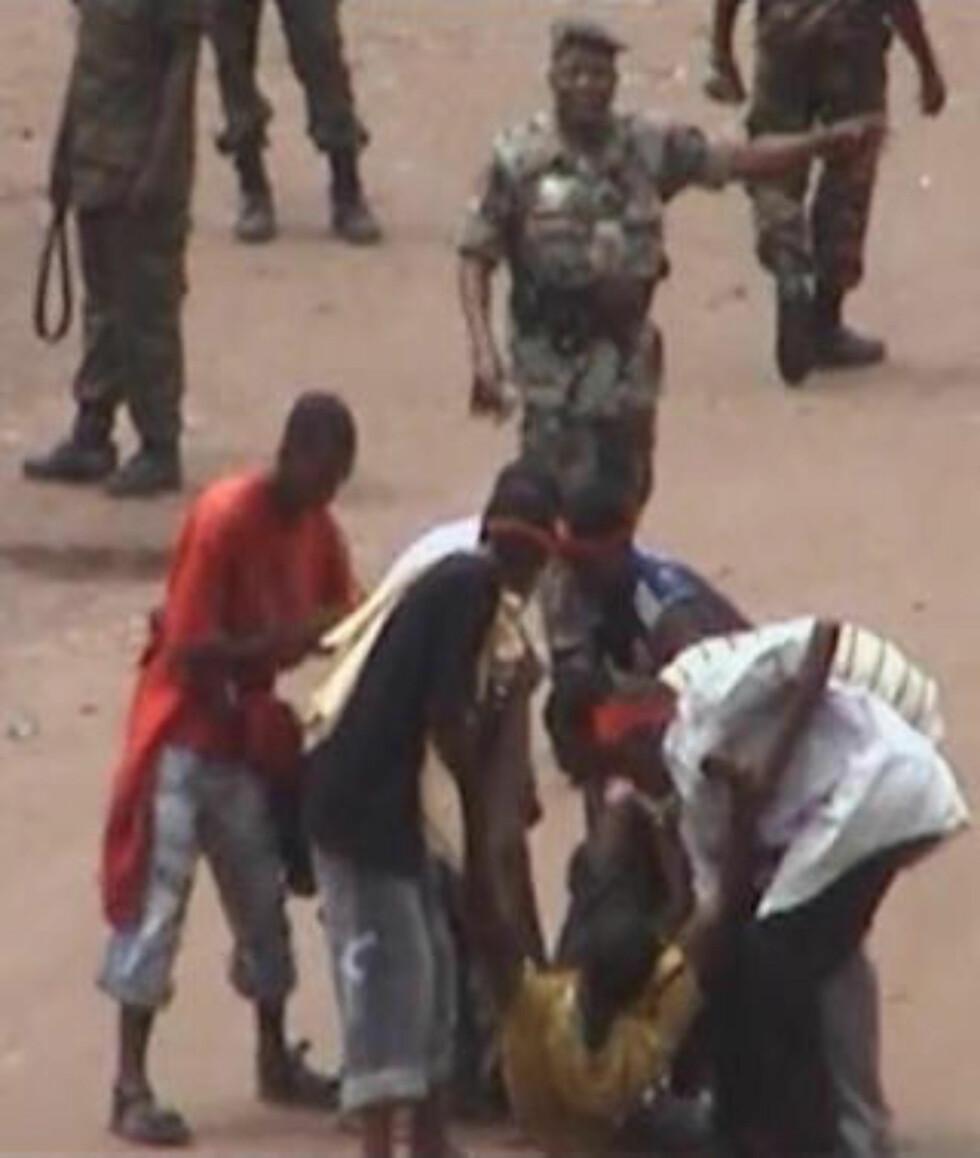 <strong>1250 SKADD:</strong> Her forsøker folk å ta hånd om en av de skadde. Foto: REUTERS/Reuters TV/Scanpix