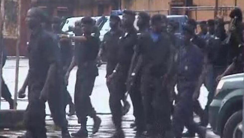 <strong>MOBILISERER:</strong> Sikkerhetsstyrkene mobiliserer stort i gatene etter de siste dagers voldsomme sammenstøt i Guinea. Foto: REUTERS/Reuters TV/Scanpix