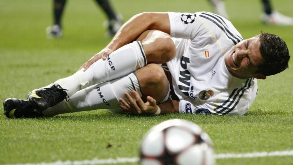 VONDT: Cristiano Ronaldo skadet ankelen da han ble felt av Marseilles Souleymane Diawara i går kveld. Diawara ble utvist, Real fikk straffe. Ronaldo spilte noen minutter til før han måtte gå av banen. Foto: Paul Hanna, Reuters/Scanpix
