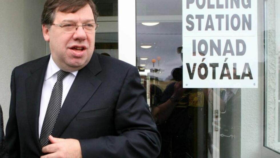 HAR STEMT: Den irske statsministeren Brian Cowen forlater stemmelokalet i Mucklagh i Irland etter å ha stemt i folkeavstemningen om Lisboa-traktaten. Ja-siden ser ut til å vinne det viktige valget. Alle de viktigste politiske partiene i Irland støtter traktaten, utenom nasjonalistpartiet Sinn Fein. Foto: AP