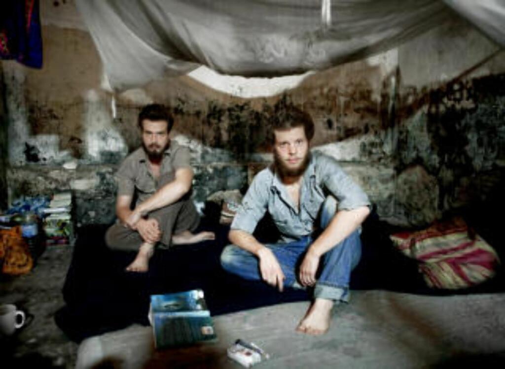 I KONGO: Tjostolv Moland (t.v) og Joshua French på cella i sentralfengselet i Kisangani i Kongo. Foto: Espen Røst