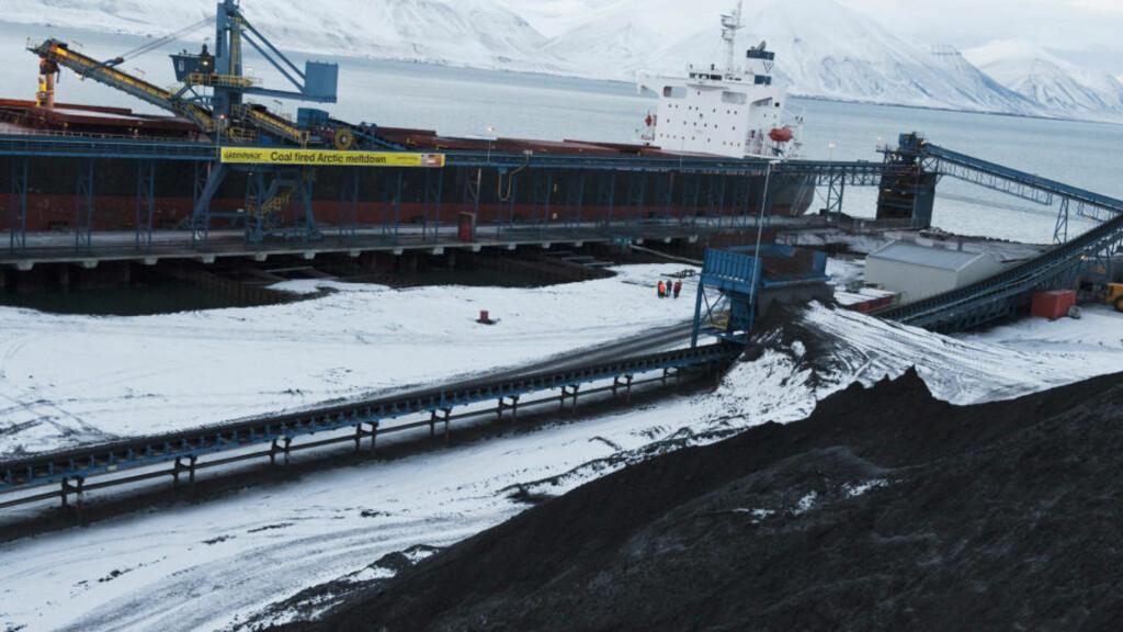KULLGRUVE: Kullgruveanlegget ved Svuagruva på Svalbard. Her under en protest av aktivister fra Greenpeace.  Foto: Greenpeace Christian Aslund / Scanpix