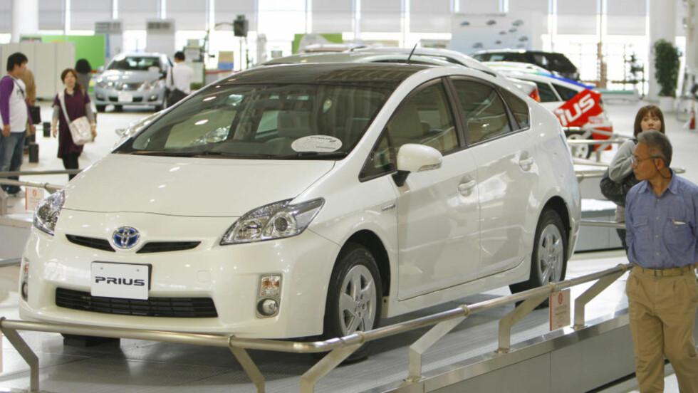 TOYOTA PRIUS: Nye Toyota Prius er en av kandidatene til Årets bil 2010-tittelen. Den populære hybridbilen har solgt svært godt siden introduksjonen av den nye modellen. Foto: AP/Shizuo Kambayashi
