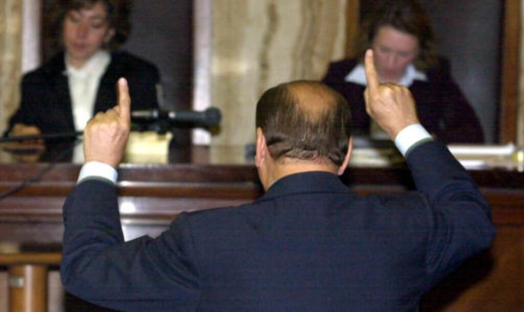 FNØYS AV RETTEN: I rettssalen i Milano i fjor kunne Berlusconi dekke seg immuniteten som statsminister, men nå kan korrupsjonssaken mot ham starte igjen. Foto: ANTONIO CALLANI / AP / SCANPIX