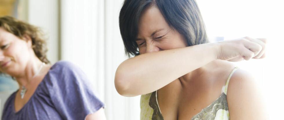 FØRSTE EPIDEMITOPP OVER: Mange er bekymret for å bli smittet av influensa og den mye omtalte svineinfluensaen. Når det nyses er det greit å holde litt avstand, samtidig som man nyser på armen og ikke i hendene. Illustrasjonsfoto: SCANPIX