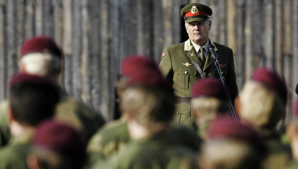 HAR FULLFØRT OPPDRAGET: Forsvarssjef Harald Sunde under medaljeseremonien på Rena i dag. Nå letter han litt på sløret rundt spesialsoldatenes to-årige oppdrag i Afghanistan. Foto: Torbjørn Kjosvold/ Forsvarets mediesenter