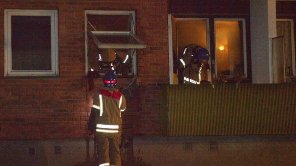 FUNNET AV RØYKDYKKERE: Avdøde antas å være en beboer i leilighetskomplekset, men identiteten var i kveld ikke endelig klarlagt. Foto: TORBJØRN BERG