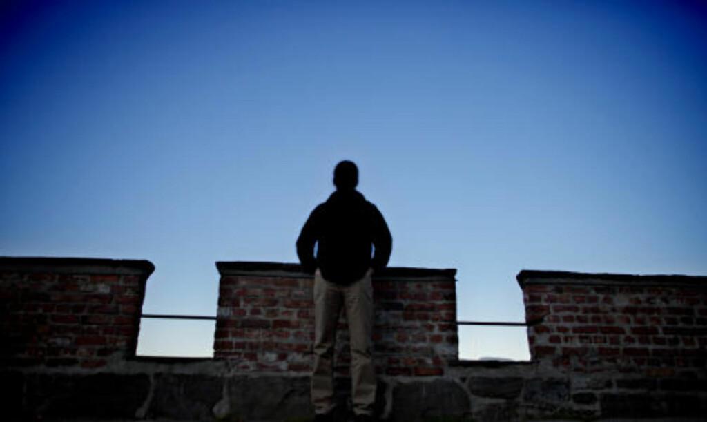 PROBLEMER MED Å GÅ: Trond (39) har til tider ikke følelse i beina. Foto: Krister Sørbø/Dagbladet