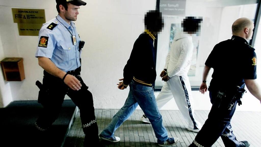 PÅGREPET PÅ ADVOKATKONTORET: To av mennene som politiet knytter til Young Guns blir her pågrepet på advokatkontoret 13. mai i år. Foto: Dagbladet