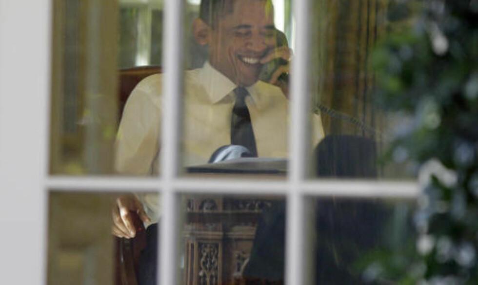 GLAD: Barack Obama snakket med blant andre statsminister Jens Stoltenberg før han møtte pressen utenfor Det hvite hus. Foto: Scanpix