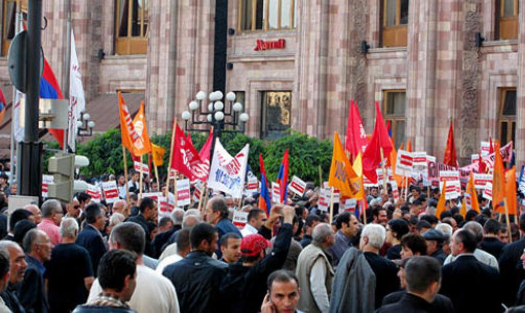 DEMONSTRERTE MOT AVTALEN: Tusener hadde møtt opp i demonstrasjonen mot avtalen med Tyrkia i går i Armenias hovedstad Jerevan. Foto: ANN IREN GLIMSDAL