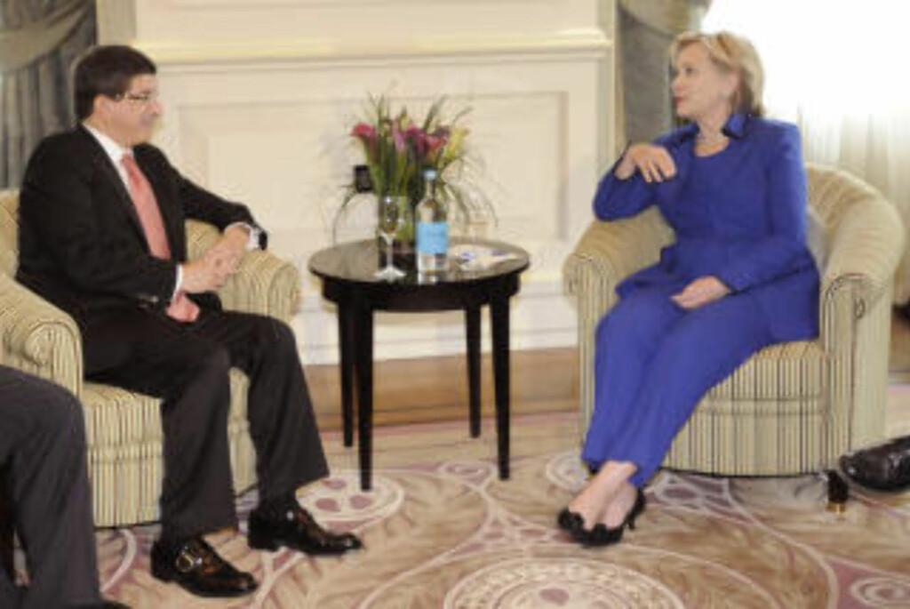 HILLARY CLINTON SENTRAL: USAs utenriksminister sammen med Tyrkias utenriksminister Ahmet Davutoglu. Foto: AFP/SEBASTIEN BOZON