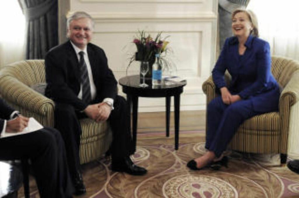 MØTTES I ZURICH: Hillary Clinton sammen med Armenias utenriksminister Edouard Nalbandian. Uenighet om en tekst førte til at signeringen ble tre timer forsinket. Clinton måtte megle mellom partene helt opp til siste minutt.  Foto: AFP/SEBASTIEN BOZON