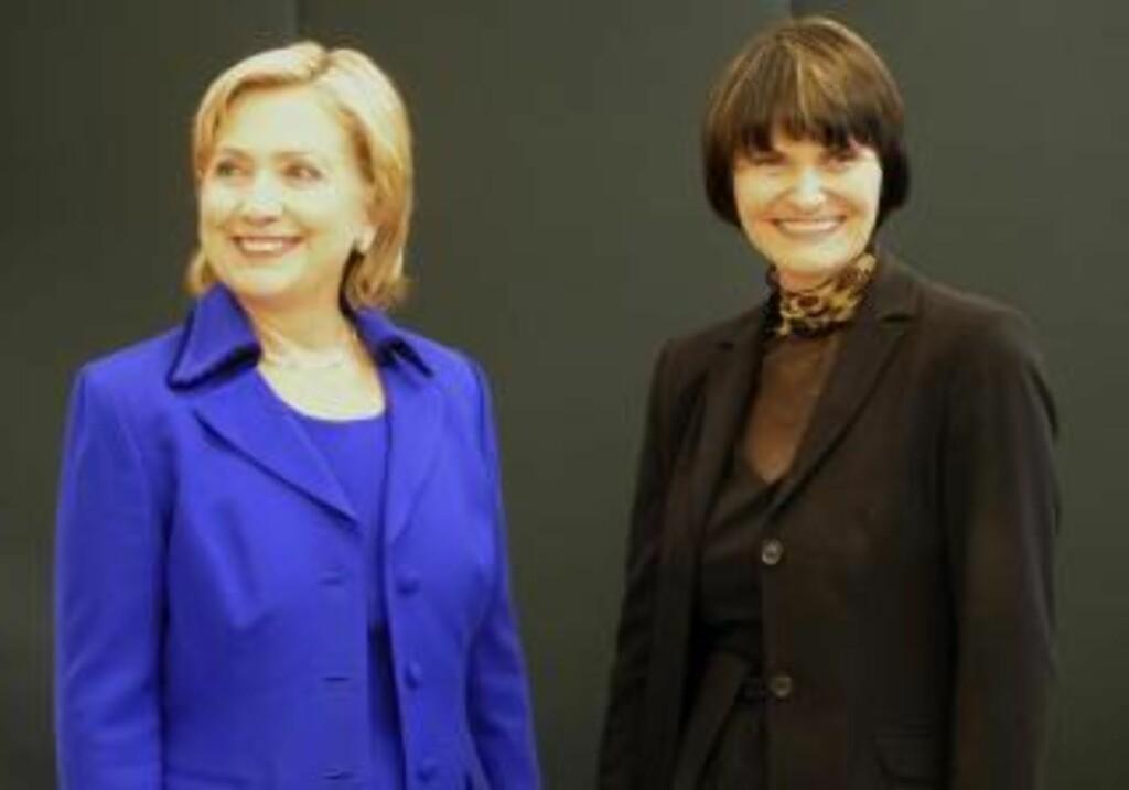 SVEITS HAR MEGLET MELLOM ERKEFIENDENE: Sveits utenriksminister Micheline Calmy-Rey sammen med Clinton i før signeringen i Zurich. Foto: REUTERS/Sebastien Bozon