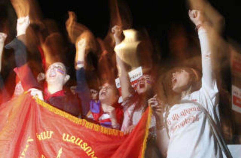 ARRANGERT AV NASJONALISTPARTIET: Demonstrasjonen mot avtalen med Tyrkia i Jerevan samlet mange tusen mennesker. Ulike kilder hevder at mellom 10 000 og 60 000 var samlet. Foto: AFP/PANARMENIAN PHOTO/ DAVIT HAKOBYAN