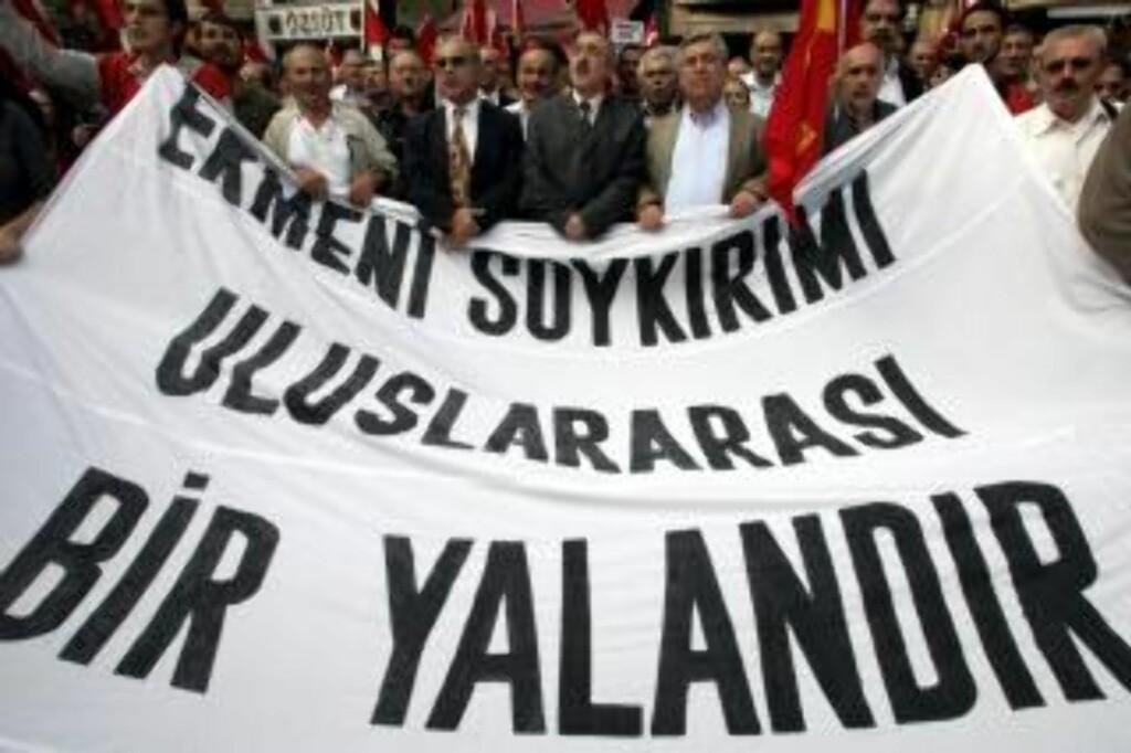 """MOTSTAND OGSÅ I TYRKIA: 50 000 underskrifter er blitt samlet inn i Tyrkia mot at den armenske presidenten skal besøke landet på mandag. Dette arkivfotoet fra 2006 viser tyrkiske demonstranter med banneret: """"Det armenske folkemordet er en internasjonal løgn."""" Foto: AP"""