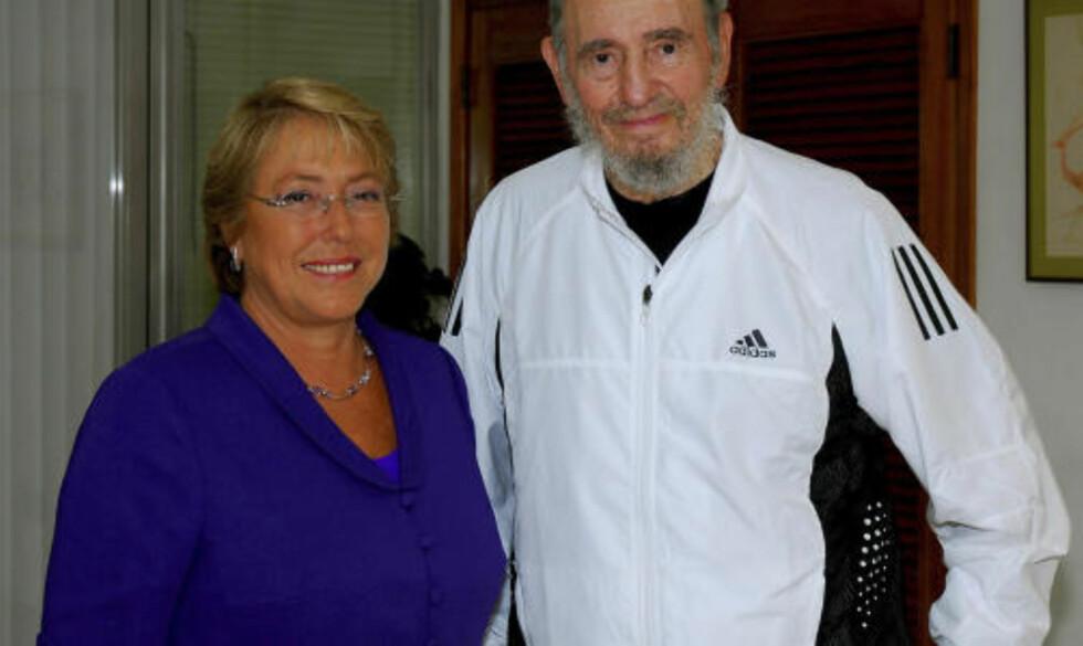 LIKER OBAMA: Fidel Castro, her fotografert i februar i år sammen med Chiles president Michelle Bachelet. Foto: REUTERS/Government of Chile/Handout/Scanpix